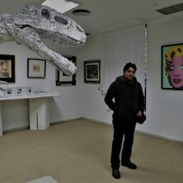 megaraptos frente a obra de Andy Warhol